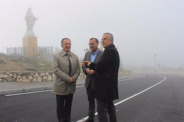 Palomares (centro) y Pérez (dcha.) conversan en la parte final de la carretera