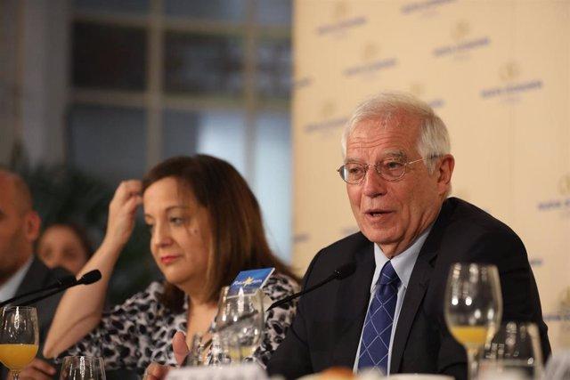 La presidenta del Grupo de Socialistas y Demócratas en el Parlamento Europeo, Iratxe García (i) y el ministro de Asuntos Exteriores, Unión Europea y Cooperación en funciones, Josep Borrell (d) durante su intervención en un desayuno informativo
