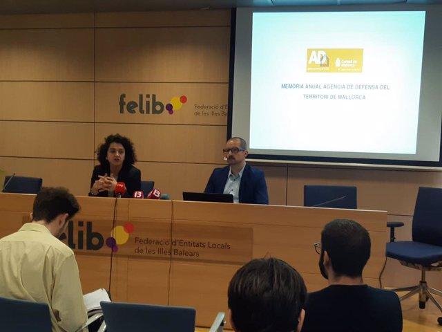 La consellera de Territori del Consell de Mallorca, Maria Antònia Garcías, i el director de l'Agència de Defensa del Territori de Mallorca.