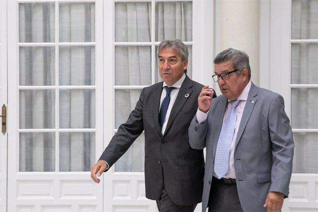 El delegado del Gobierno en Andalucía, Lucrecio Fernández (i) y el subdelegado en Sevilla, Carlos Toscano (d) en una imagen de archivo.
