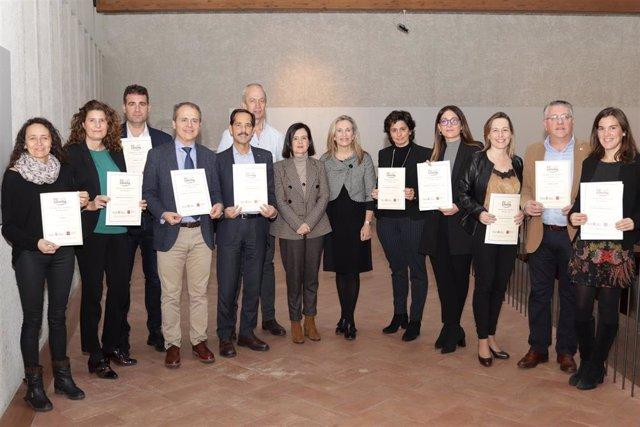 Representantes de las 11 empresas que reciben el Sello Reconcilia en 2019 junto con la presidenta de Amedna, Cristina Sotro, y la directora general de Política Empresarial, Izaskun Goñi.