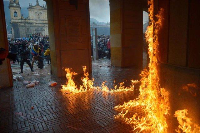 Incendio en el Ayuntamiento de Bogotá en el marco de las protestas contra el Gobierno de Iván Duque en Colombia