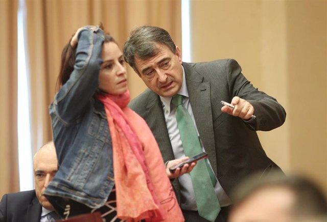 Los portavoces del PSOE y PNV en el Congreso de los Diputados, Adriana Lastra y Aitor Esteban, conversando