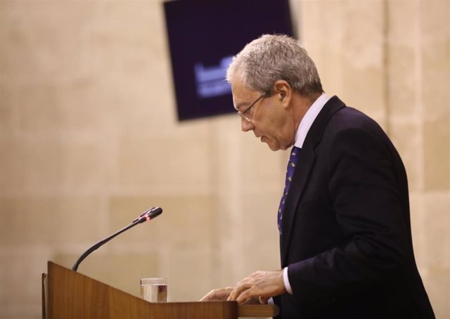 El consejero de Economía, Conocimiento, Empresas y Universidad, Rogelio Velasco, en el Pleno del Parlamento.