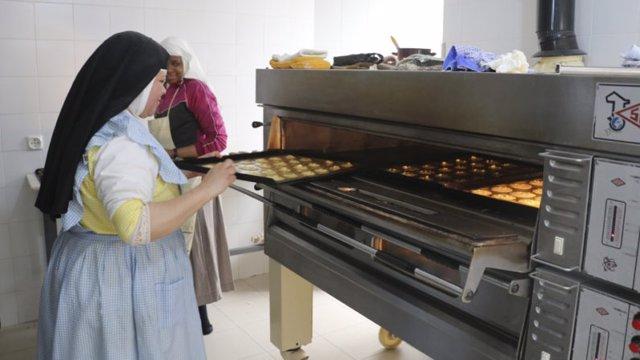 Las monjas clarisas realizan dulces para la Muestra de Conventos del Alcázar de Sevilla
