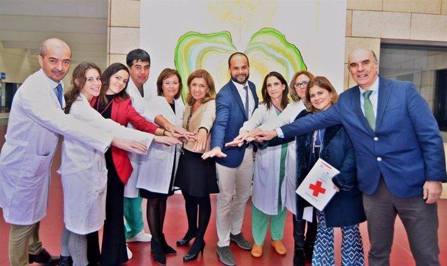 Autoridades y responsables sanitarios de los hospitales Reina Sofía y Cruz Roja