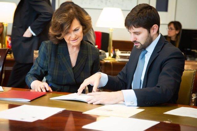 La vicepresidenta del Gobierno, Carmen Calvo, acreditándose en el Congreso