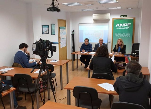 El presidente de ANPE Andalucía, Francisco Padilla, y la coordinadora de El Defensor del Profesor de Andalucía, María Ángeles Guzmán,  este miércoles en la presentación del informe.