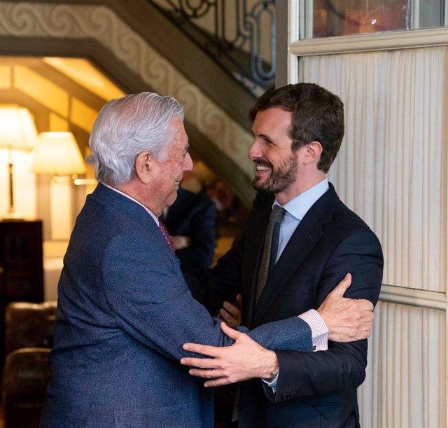 El líder del PP, Pablo Casado, se reúne con el escritor Mario Vargas Llosa, en un acto de la Fundación Internacional para la Libertad.