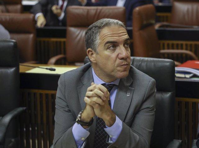 El consejero de Presidencia, Elías Bendodo, antes del inicio de la sesión.   En el Parlamento de Andalucía, (Sevilla), a 27 de noviembre de 2019.