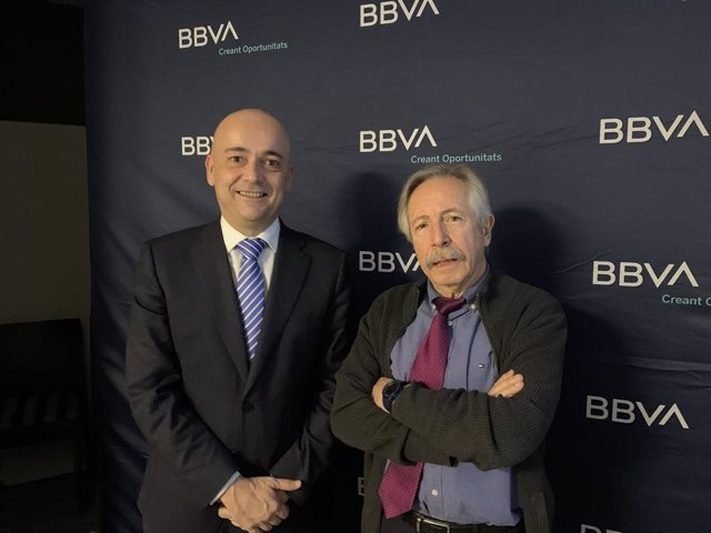 Víctor Blasco, director de zona del BBVA en Lleida, y Josep Oliver, catedrático emérito de Economía Aplicada.