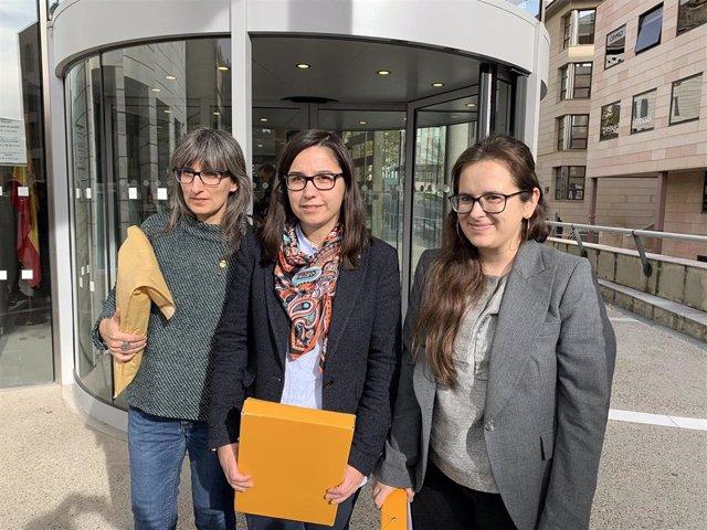 Sandra Castro, Jordina Freixanet y Elena Ferre, concejalas de Lleida, a la salida de Fiscalía.