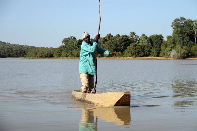 Un hombre pesca en el lago Wegnia, situado en la región de Koulikoro, en Malí