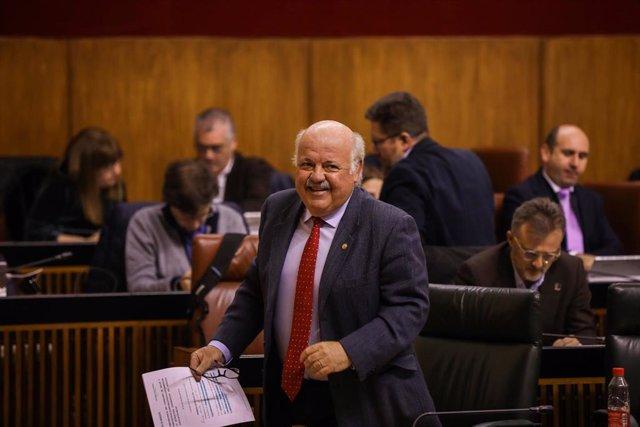 El consejero de Salud y Familias, Jesús Aguirre, en el Pleno del Parlamento.