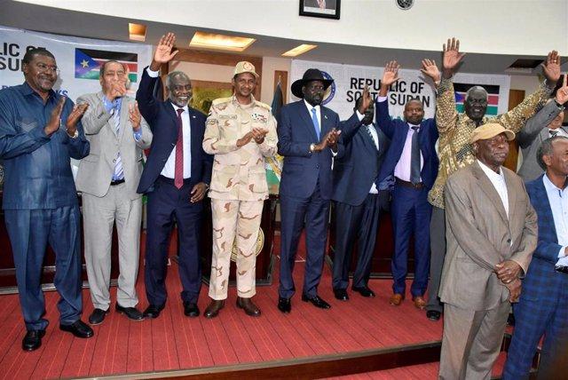 Miembros del gobierno de transición de Sudán y de varios grupos rebeldes tras la firma de un acuerdo sobre la 'hoja de ruta' para el proceso de paz