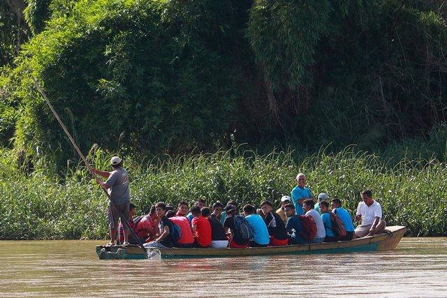 Migrantes cruzan el río Suchiate entre Guatemala y México