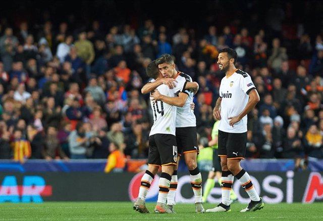 Los jugadores del Valencia CF celebran un gol.