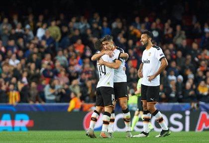 El Valencia empata un duelo eléctrico y se jugará en Ámsterdam su billete a octavos