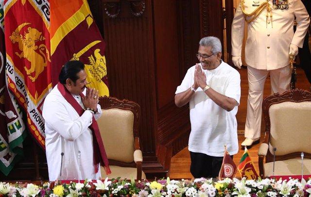El presidente de Sri Lanka, Gotabaya Rajapak, junto a su hermano, Mahinda Rajapaksa.