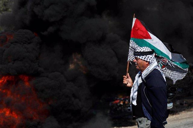 Un manifestante palestino durante las últimas protestas por la ocupación israelí de tierras palestinas en Cisjordania.