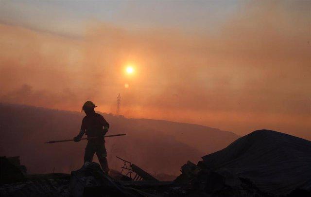 Un bombero trabaja en las labores de extinción del gran incendio que sufrió Valparaíso, en el centro de Chile, en el año 2017.