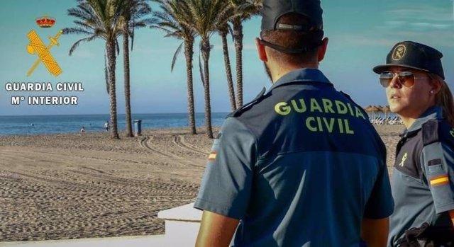 Agentes de la Guardia Civil en Roquetas de Mar (Almería)