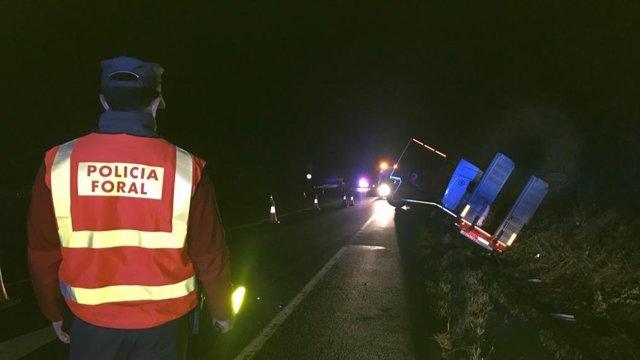 La Policía Foral, en el lugar del accidente de un tractocamión en la N-121-A en Almandotz.