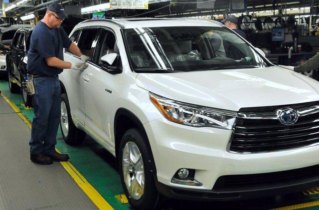Producción del  2015 Toyota Highlander Hybrid en la planta de Toyota en Indiana (Estados Unidos)