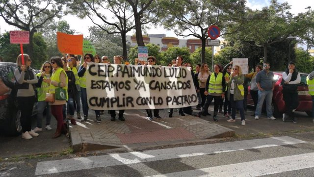 Las familias de los alumnos del colegio Raimundo Lulio protestan ante la Junta