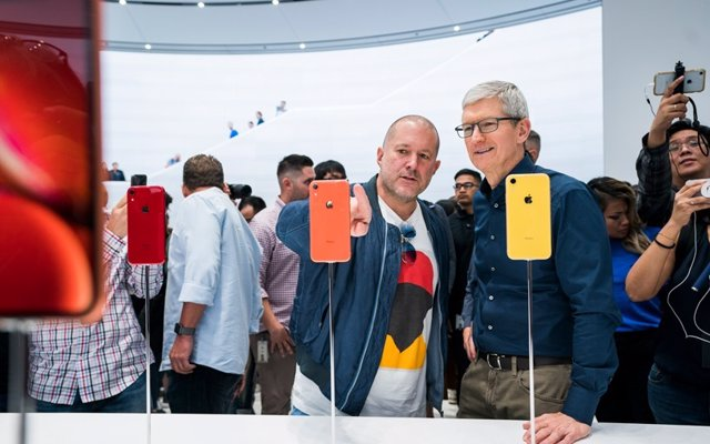Jony Ive, responsable de Diseño, y Tin Cook, CEO de Apple