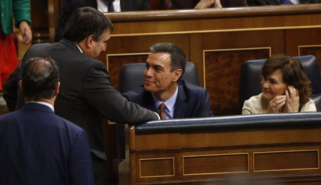 Aitor Esteban, del PNV, hablando con Pedro Sánchez y Carmen Calvo, del PSOE