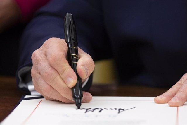 Donald Trump signant la llei de drets humans i democrcia a Hong Kong.