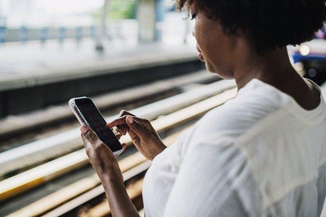 Usuaria con teléfono móvil (smartphone)