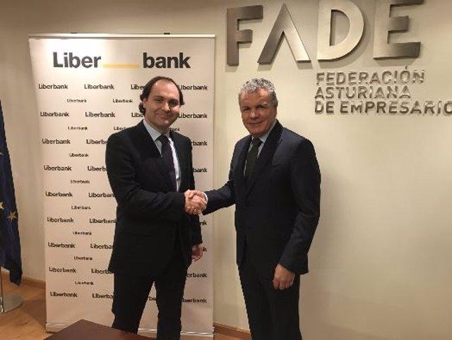 Jonathan Joaquín (Liberbank) y Belarmino Feito(Fade) firman el acuerdo.