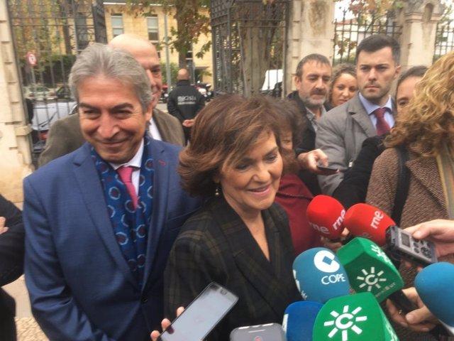 La vicepresidenta del Gobierno y ministra de la Presidencia, Relaciones con las Cortes e Igualdad en funciones, Carmen Calvo, atiende a los periodistas.