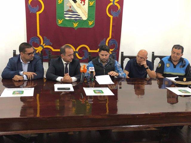 El subdelegado del Gobierno en Santa Cruz de Tenerife, Javier Plata, y el alcalde de Güímar, Airam Puerta, firman el convenio