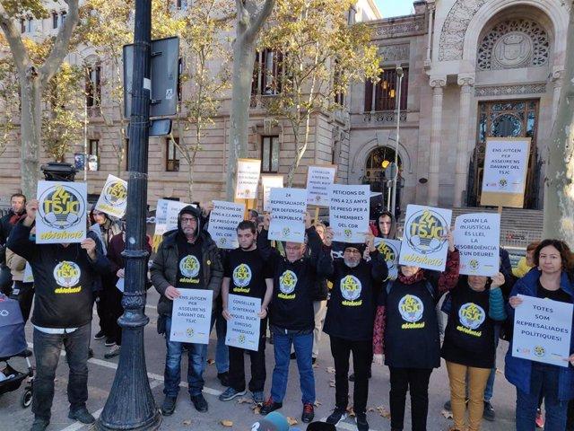 Asistentes a la rueda de prensa de 'Encausades TSJC' y Alerta Solidària ante el Tribunal Superior de Justicia de Catalunya.
