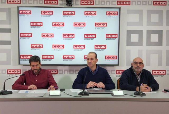 El coordinador de Sector Autonómico de la FSC de CCOO, Ernesto Angulo, en el centro, junto al resposnsable de funcionarios del sindicato, Juan Carlos Hernández, (izquierda( y el representantes de CCOO en la Junta de Personal Jesús García.