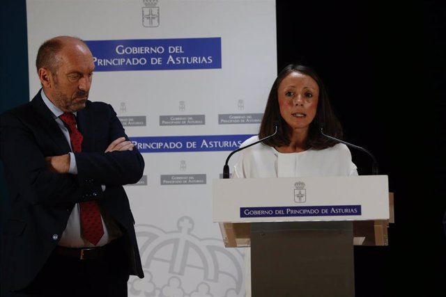 Melania Álvarez, a la derecha