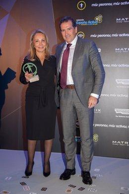 La directora de Relaciones Externas de Grupo Fuertes, Mar Fuertes, recibe el premio de manos del vicepresidente de la Fundación España Activa, Gabriel Sáez