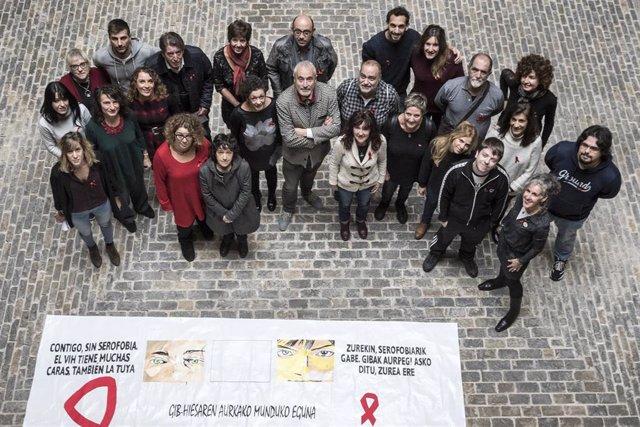 El director general de Salud, Carlos Artundo, y la directora del Instituto de Salud Pública y Laboral de Navarra (ISPLN), Marian Nuin, junto con entidades que luchan contra el VIH