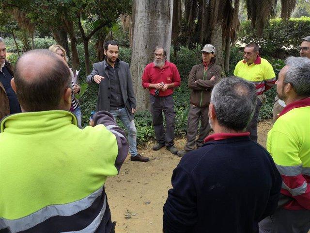 El concejal de Adelante Sevilla Daniel González Rojas visita los jardines históricos