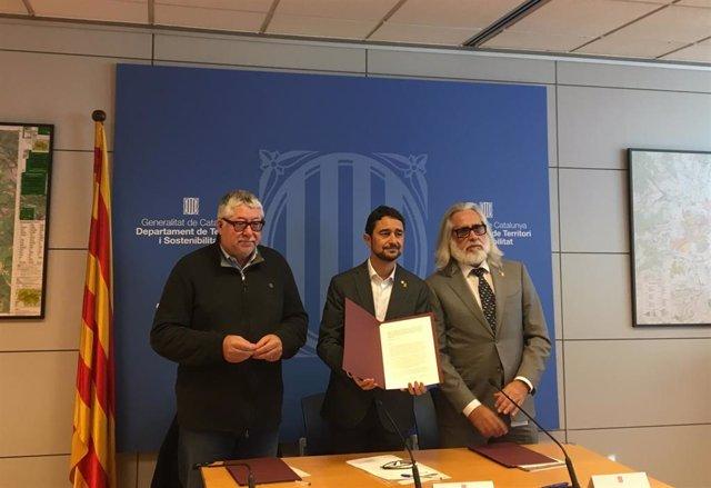 El vicepresidente del Àrea Metropolitana de Barcelona (AMB), el alcalde Antoni Balmón, junto al conseller de Territorio y Sostenibilidad, Damià Calvet, y al presidente de Infraestructures.Cat, Joan Jaume Oms.