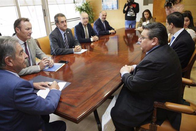 Representantes del Gobierno de Cantabria y de la empresa NorCantabric se reúnen para formalizar la compraventa de los terrenos en los que la compañía construirá su piscifactoría en Ramales de la Victoria para producir salmón atlántico