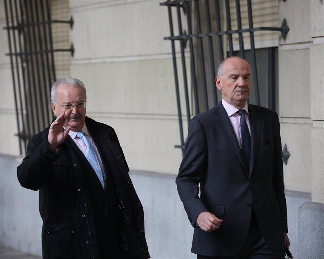 El tribunal del caso ERE convoca la vista sobre la prisión de dos exconsejeros de la Junta de Andalucía y dos exdirectores de Trabajo. En la imagen, el exconsejero de Empleo, Antonio Fernández (i), a su llegada a la Audiencia Provincial de Sevilla