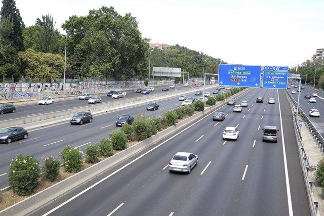 Vehículos circulando por una carretera