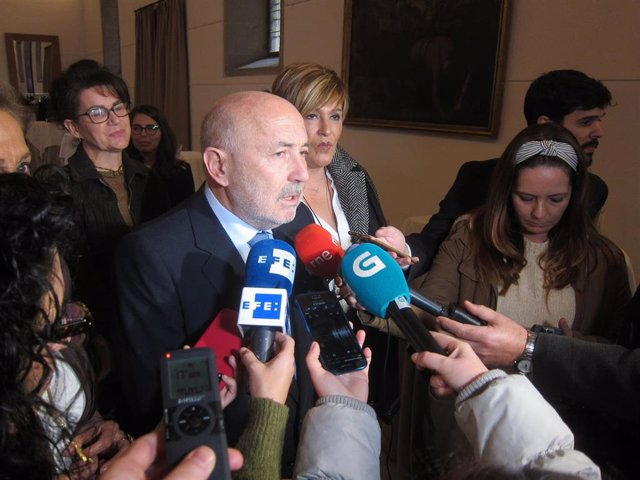 Javier Losada en declaraciones a los medios en Santiago