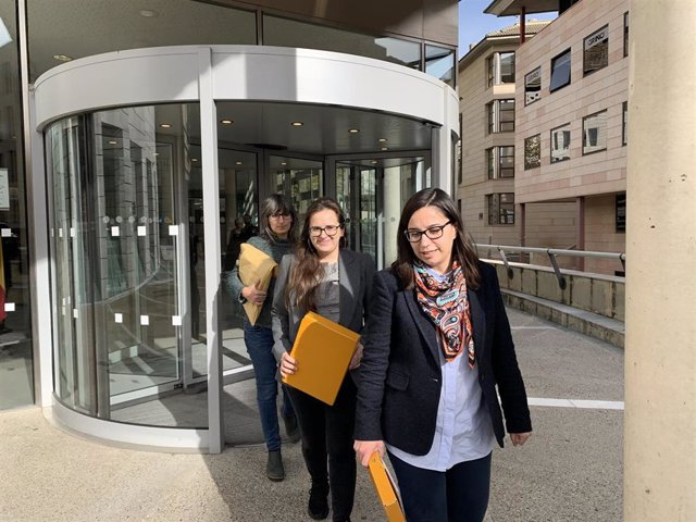 Sandra Castro, Jordina Freixanet y Elena Ferre, concejalas de Lleida, el miércoles, a la salida de Fiscalía de Lleida.