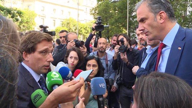 El alcalde de Madrid, José Luis Martínez-Almeida (i), se ha encarado con el portavoz de Vox en el Consistorio, Javier Ortega Smith (d), por haberse presentado en el minuto de silencio por la última mujer asesinada en Madrid con una pancarta que niega la v