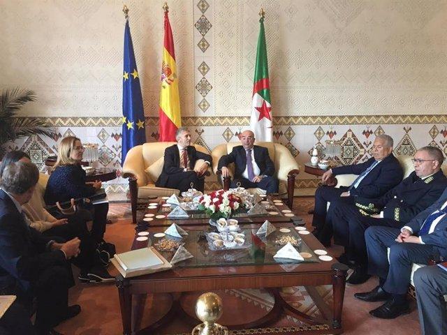 El ministro del Interior, Fernando Grande-Marlaska, se reúne en Argelia con el presidente y su homólogo